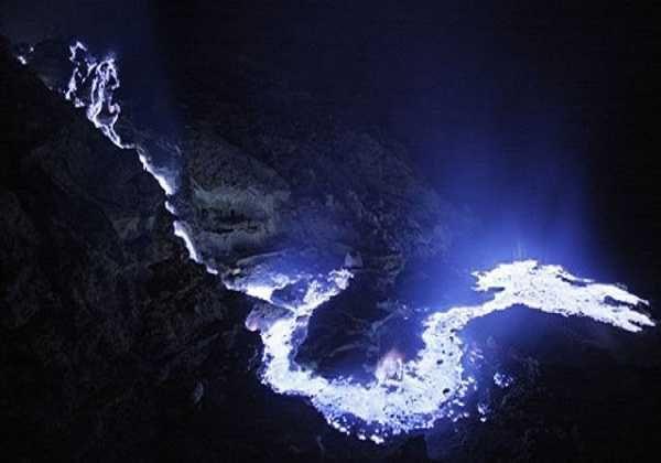 Sebuah pesona luar biasa akan indahnya pemandangan kawah Ijen yang sungguh menakjubkan yaitu cairan lava yang berwarna biru yang berasal dari dasar kawah.