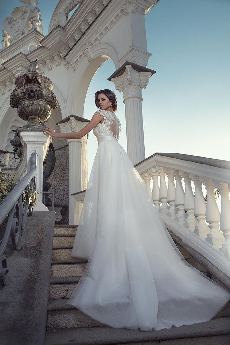 Un revival della sposa, un ritorno al passato interpretato in chiave moderna con giochi di pizzi sovrapposti e ampi volumi per la gonna di tulle di seta.