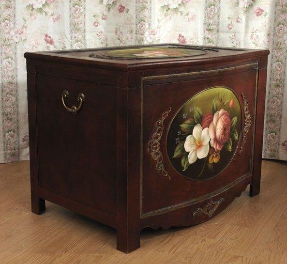 Przepiękny, kufer w stylu biedermeier, zdobiony ręcznie malowanymi, romantycznymi gałązkami dzikiej róży na tle w tonacji ciepłego brązu.  Powierzchnia patynowana, celowo lekko postarzana. W środku wyłożony aksamitem w kolorze bordowo-brązowym. Mebel niespotykany, wykonany współcześnie według wzoru z początku XIX wieku. Znakomicie będzie się prezentować w każdym wnętrzu.  Stylowy ciemny kufer ręcznie malowany w róże to kolejny przedmiot z kolekcji biedermeier. Jest ...