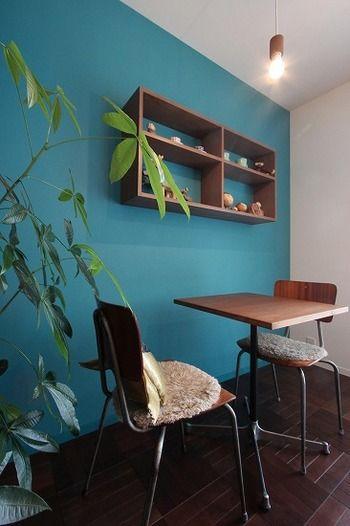 持家ならぜひアクセントに壁紙をブルーに変えてみましょう。飾り棚にも北欧風のオブジェが飾ってあります。