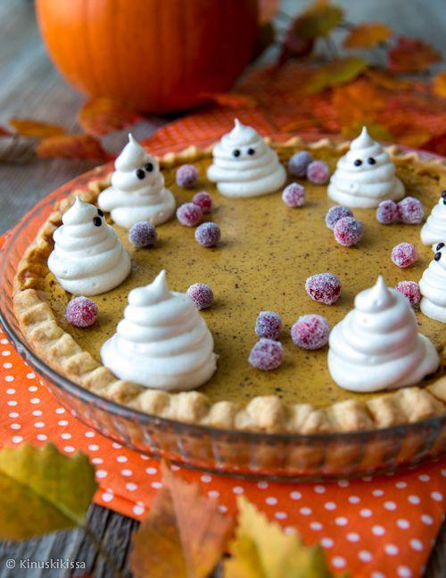 Kurpitsapiirakka - Pumpkin Pie // Pumpkin pie eli amerikkalainen kurpitsapiirakka on klassinen, erityisesti kiitospäivän juhlintaan liitetty leivonnainen. Piirakka tarjoillaan kylmänä marengin tai kermavaahdon kera. Amerikkalaiset käyttävät piirakkaan usein soseutettua säilykekurpitsaa, mutta itse päädyin varmemman saatavuuden vuoksi tuoreen kurpitsan käyttöön. Halloweenin juhlinnan yleistyttyä jättikurpitsat ovat jokasyksyinen näky meidänkin ruokakaupoissamme.