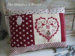 almofada vermelha com coração bordado