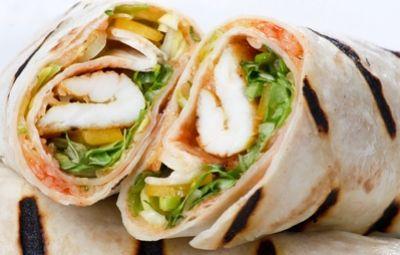 Chicken rolls: Non sono altro che piadine arrotolate e ripiene con insalata di cavolo, carote e petto di pollo grigliato. Tutto il ripieno viene poi amalgamato e condito con la salsa alla senape.