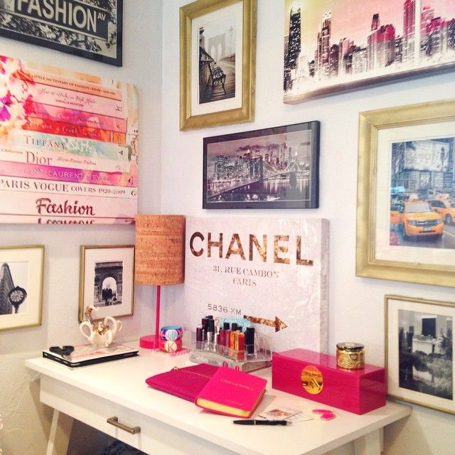 Esses quadros na parede deixam a área de trabalho/estudo muito mais linda.