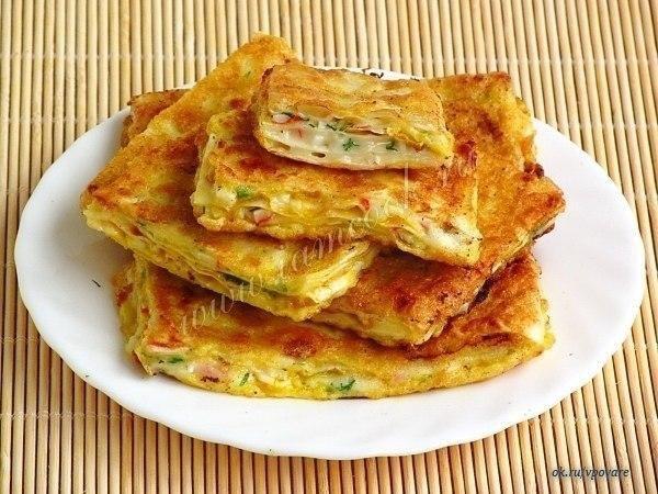 ВОСТОЧНЫЕ ГРЕНКИ  Армянский лаваш – 1 шт; Мягкий плавленый сыр «Сливочный» – 200 грамм; Чеснок – 3 дольки; Крабовые палочки – 100 грамм; Зелень укропа – 0, 5 пучка; Масло подсолнечное дезодорированное – 3 ст. ложки; Яйца куриные – 2 шт; Мука пшеничная – 1 ч. ложка.  Если у вас намечаются дружеские посиделки, то попробуйте удивить гостей этими необычными гренками. Они хорошо подойдут под пиво и другие напитки, их охотно едят дети. Сколько бы вы их ни сделали, тарелка очень быстро опустеет…