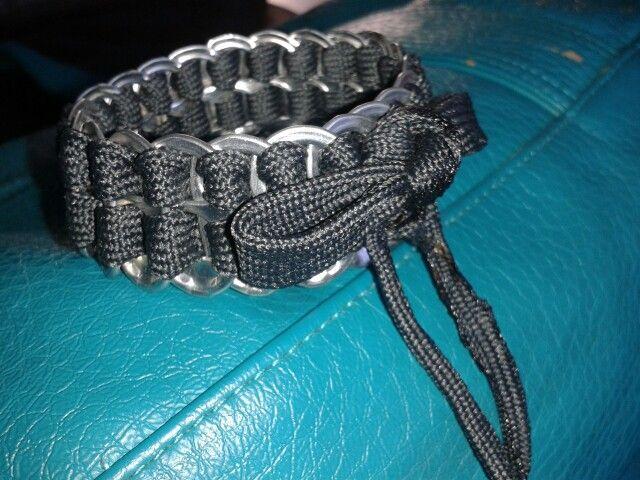 Armband van lipjes van blikjes en een schoenveter