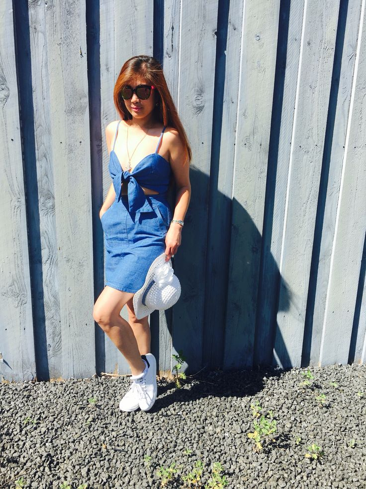 Rocking this denim front-tie dress from #topshop with comfy stansmith trainers. Looking lovely for a city-tour to Sweden!
