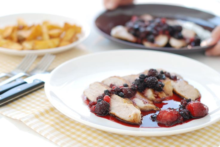 Empezamos con recetas especiales, con muy poco trabajo tendréis resultados de restaurante: Secreto Ibérico con salsa de frutos rojos espectacular