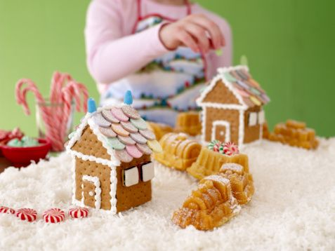 Gingerbread Houses - Pictures and Ideas: Graham Cracker Gingerbread Houses with Cake Train