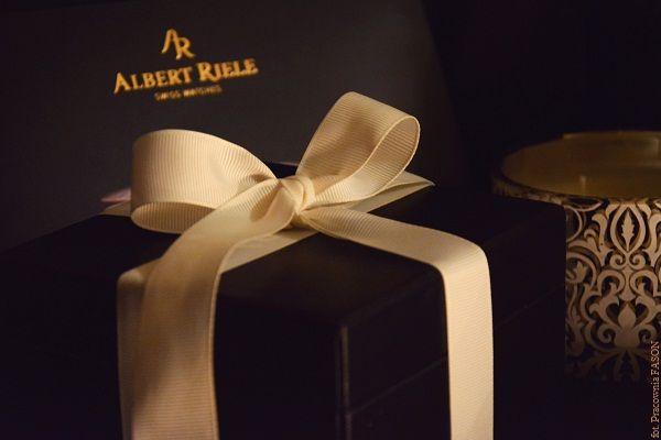 """Pan Fason: Nie tylko przed świętami, warto sobie przypomnieć, co o wręczaniu i przyjmowaniu prezentów mówi """"prezentowy savoir vivre"""". Pani Fason: O warunkach jakie należy spełnić by prezent był uda..."""