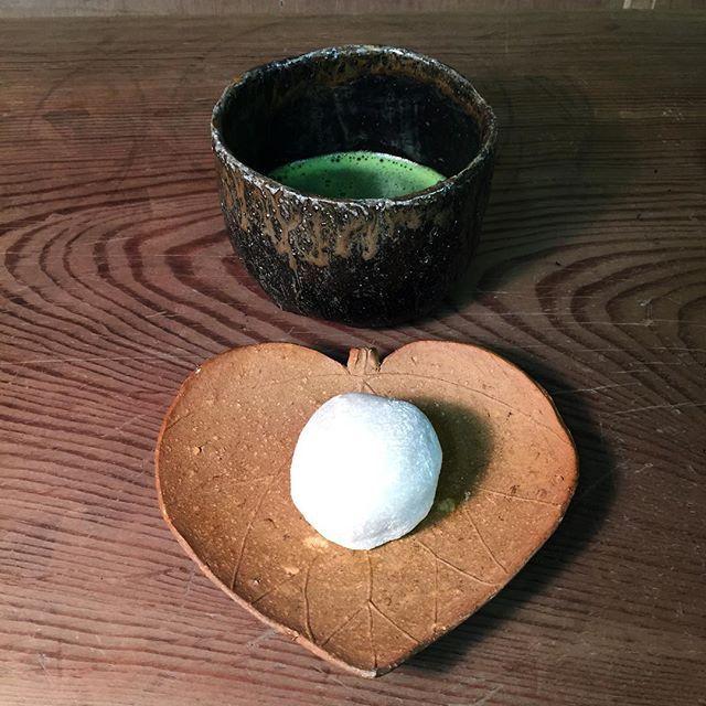 生まれでてきた作品達を梱包荷造りして、先ほど宅急便のお兄さんに預けてきました。 後は、約束の日時に無事届けてくれる事でしょう。 とりあえず個展準備完了です。 ようやく一息つけそうです。 まずは、栗大福で一服いただきます。 #備前焼 #bizen #ceramics #pottery #茶碗 #抹茶 #お菓子 #大福 #末廣学