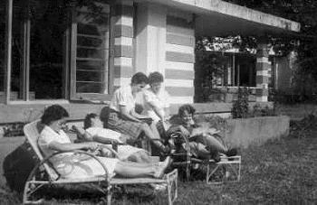Ontspannen in marva vakantiehuis Benvenuto te Bandoeng, Nederlands Oost-Indië, 1946. Marva's J. Brinkman, A. Jacobs, C.