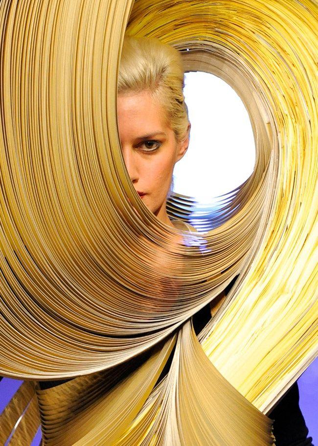 Daniele Papuli è uno scultore che cerca il diaologo con le materie, lo spazio e i luoghi. L'artista originario di Maglie (Puglia) ha trovato nella carta, viva, mutevole ed effimera la materia prima del suo linguaggio.  Papuli dà vita a sculture cangianti e mobili, formate da migliaia di lamelle sottili: forme ancestrali, apparentemente pesanti e leggere. Come gli abiti-scultura realizzati per la collezione F/W 2013-14 di Goran Lelas, presentata alla Camera della Moda. - PAPER