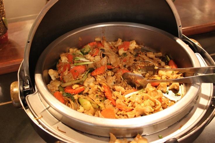 """Come prima pietanza, sulle tavole thailandesi, troverete senz'altro i noodles fritti, """"vermicelli"""" di pasta tipici della cucina orientale. Si producono con un impasto di farina a cui si aggiunge acqua ed eventualmente uova. Possono essere saltati in padella con innumerevoli combinazioni di ingredienti, o trasformati in una zuppa, da consumare caldi o freddi.  http://www.dolcipattini.it/it-IT/il-nonno-pasticciere/La-colazione-nel-mondo/SIAM-pronti-per-fare-colazione-in-Thailandia.aspx"""