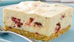 Ένα υπέροχο cheesecake με τραγανή μπισκοτένια βάση με ινδοκάρυδο, με μείγμα κρέμας τυριού και ζαχαρούχου γάλακτος και σοκολάτα γάλακτος γεμιστή με κεράσι.
