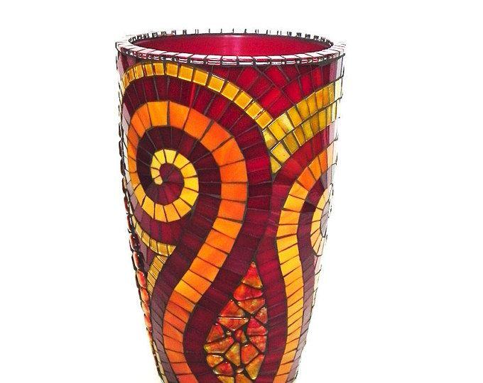 Decorative in vetro colorato vaso mosaico su base in ceramica. Fatto a mano piastrelle, vetro macchiato, mini piastrelle di ceramica smaltata, piastrelle in vetro, vernice e mista. Carbone di legna stucco colorato.  Sembra grande con fiori/pianta o senza. Abbastanza grande per catturare lattenzione di chiunque.  Colori: rosso, arancio, pesca, giallo  Dimensioni: Altezza: 30 cm 11,8 Larghezza max: cm 17 / ~ 6.7 Larghezza minima: 11 cm/4,3  Peso: 3,5 kg