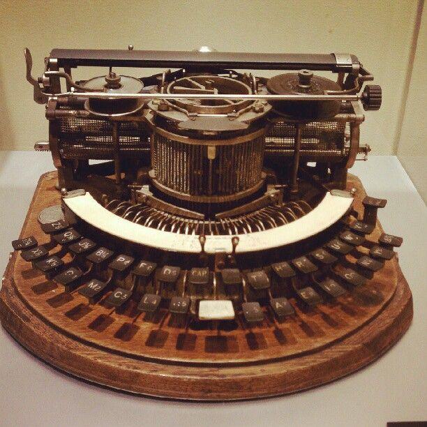 Hammond Typewriter Company, New York USA.Su inventor fue James Barlett Hammond en 1884.Una de las ventajas de estas máquinas eran sus tipos intercambiables ello, permitía escribir en diferentes idiomas.La compañía Hammond produjo varios modelos n º 1, n º 2, n º 12, Multiplex y Folding con teclados rectos y curvos, así como con longitudes de carros diferentes.