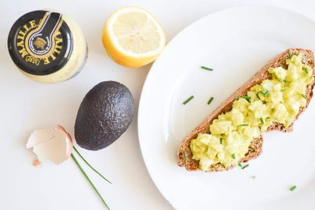 Heb jij weleens een eiersalade met avocado geprobeerd? Lekker smeuïg en een tikkeltje groen. Laat die gezonde omega's maar komen met de lunch!