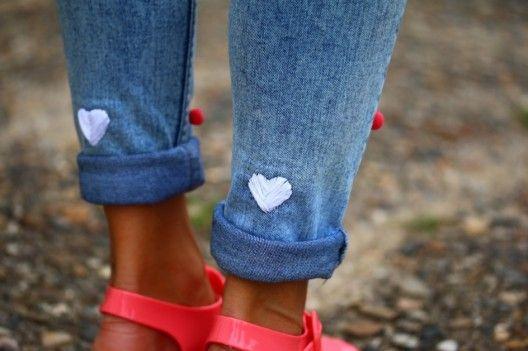 DIY / Le jeans à coeurs brodés sur http://www.thetrendygirl.net