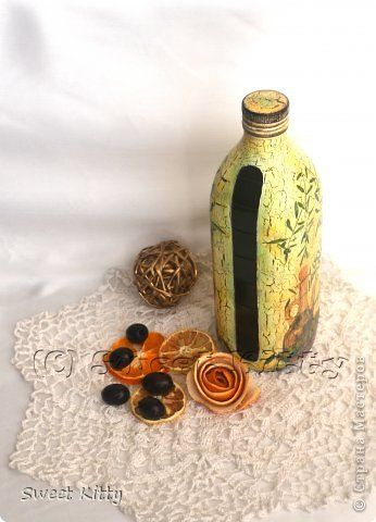 Добрый вечер, жители Страны Мастеров! Сегодня делюсь своим МК по декупажу стеклянной бутылки для оливкового масла. Исходный материал можно назвать бросовым - обычная стеклянная бутылка из-под масла. Будем превращать ее из белой в изумрудную и декорировать.   фото 1