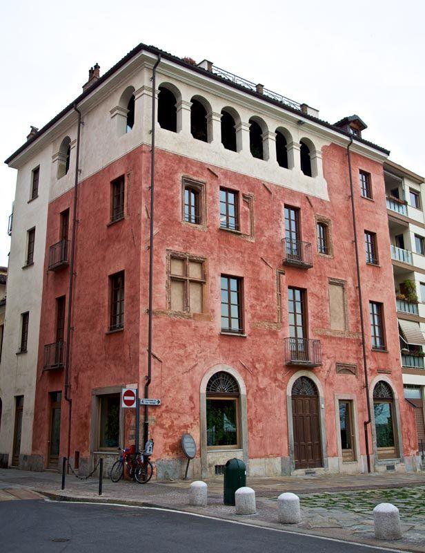 Une autre très belle maison médiévale (XIV s.) qui se trouve à quelques pas de la Porte Palatine et de la cathédrale St-Jean.