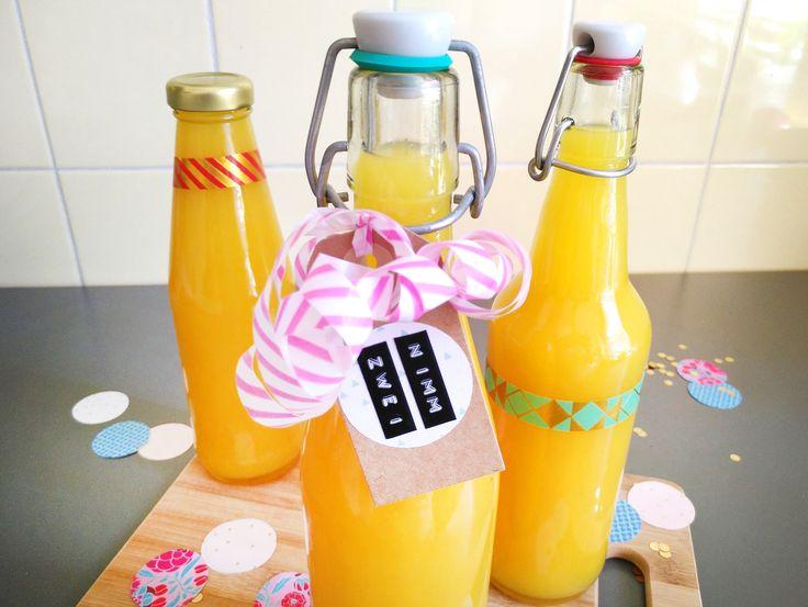 3 Zutaten und eine denkbar einfache Zubereitung: So machst du fruchtigen Nimm-2-Schnaps selber. Toll als Partydrink oder zum Verschenken!