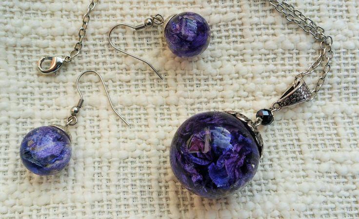 parure composée d'un collier sautoir et de boucles d'oreilles, bulle de résine avec fleurs pied d'alouette violettes séchées : Parure par bulles-and-roses
