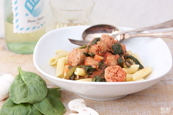 Weinig tijd, maar toch een lekkere snelle pasta maken? Denk dan eens aan pasta met spinazie en worst. Lekker voor groot en klein! Lees recept op BonApetit