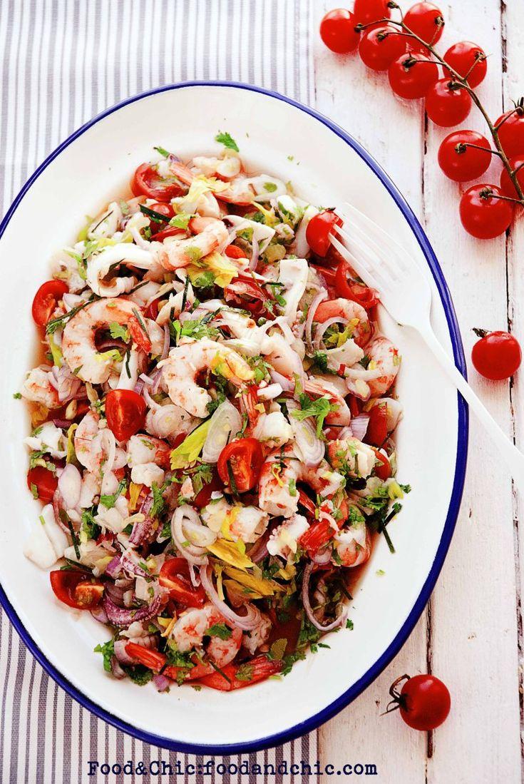 Aumentamos la categoría de ensaladas con la receta que os traigo hoy. La Yam Talay es otra de las muchísimas ensaladas tailandesas que no puedo resistirme a hacer una y otra vez. La probé por prime…