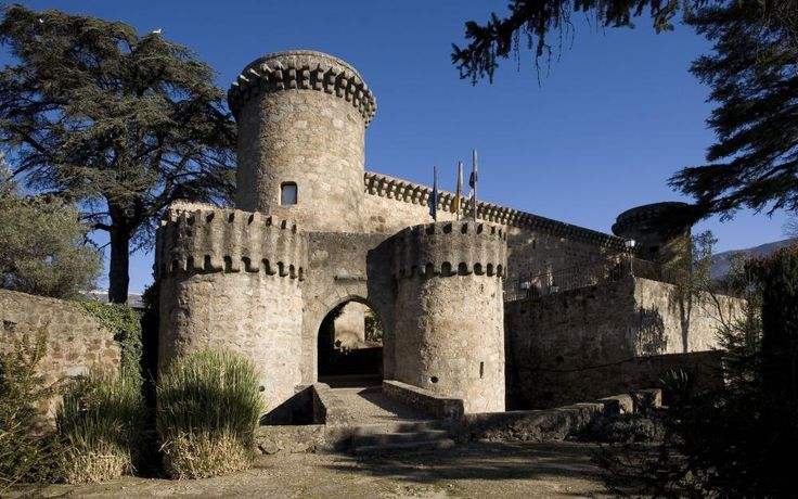 CASTLES OF SPAIN - The Castle of Jarandilla de la Vera is located in the Cáceres province, very close to Plasencia. Its history is equal to that of Plasencia: its origin is Muslim and during the reign of Alfonso VIII it was refounded. In 1311 it was the possession of the Crown and in 1369 it was delivered by Enrique II to the Álvarez de Toledo. In the year 1556, Carlos V stayed at the castle waiting for the construction of his residence to be completed next to the Yuste monastery.