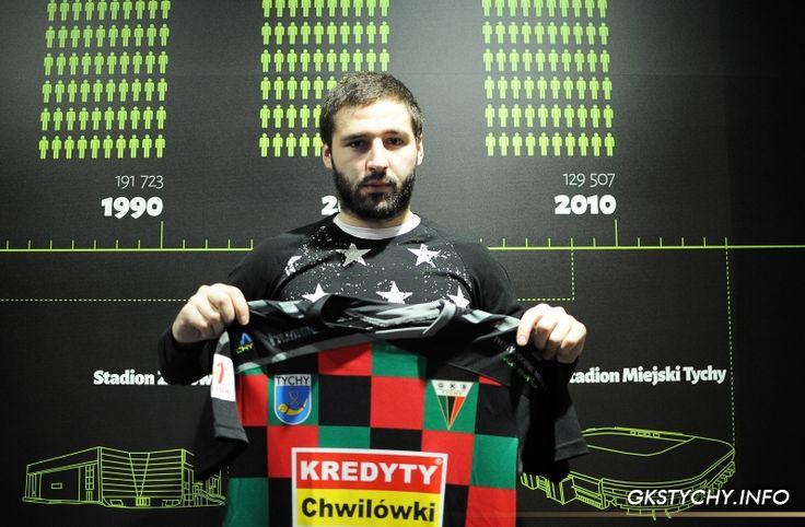 Eugen Zasavitchi z GKS Tychy pozuje do zdjęcia z koszulką klubową #football #gkstychy