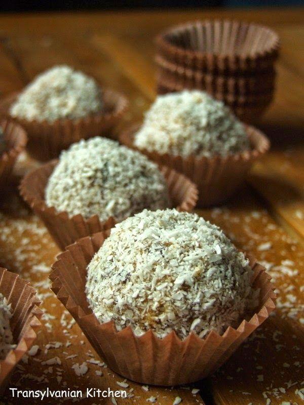"""Aceste bomboane sunt foarte dulci, deşi nu au niciun pic de zahăr. Această reţetă """"raw vegan"""" aparţine Gabrielei de la Culoare şi savoa..."""