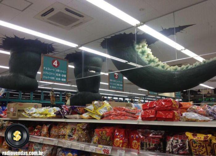 Para divulgar o filme Godzila no Japão, olha só o que foi feito dentro do Supermercado.  #godzila #varejo #retail