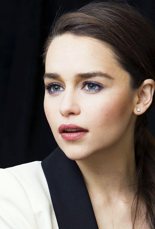 Emilia Clarke es la actriz que interpreta a nuestra adorada Khaleesi de Juegos de Tronos y que nos hizo llorar a mares como Louisa Clark en #YoAntesDeTi    Seguime en Facebook para ver los tips para #maquillarte como ella!---> @lucianadmakeup