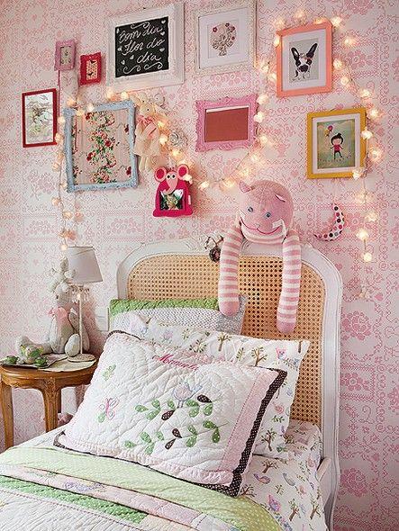 O quarto de menina foi decorado pela moradora para uma de suas filhas. Sobre o papel de parede importado, molduras e quadrinhos coloridos, comprados em viagens pelo mundo. O fio de lâmpadas arremata o visual feminino