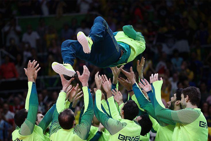 Serginho se despede chamado de rei pelo público e jogado ao alto pelo time…