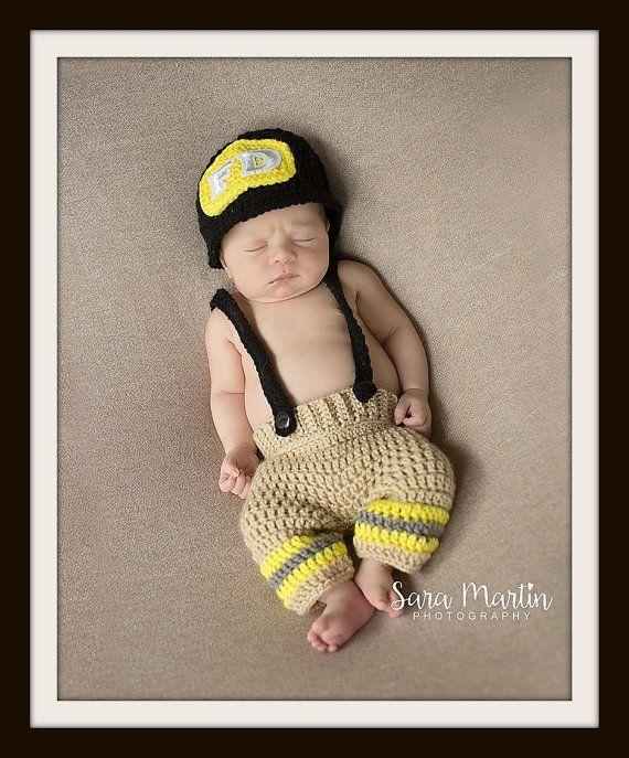 Pompier bébé photo prop, livraison gratuite, au crochet, équipement pompier, crochet nouveau-né costume, costume d'halloween, cadeau de douche de bébé