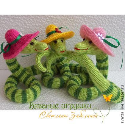 `ДевиШник` вязаные змейки. Змейки собрались на девичник - обсудить новогодние наряды и просто поШипеть, поШептаться…