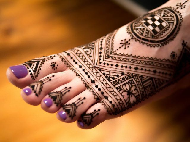 LOVE this henna foot design #hennafootdesign #hennafoot Want gorgeous Metallic Tattoos for summer? Shop here www.bijouxtattoo.com.au
