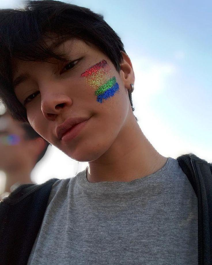 """Ontem postei alguns storys da parada LGBT, e que mais me perguntaram foi """"vc é gay?, é bi?"""" essas coisas e tinha gente q nem perguntava ia… Big Boyz, Pride Outfit, Soft Makeup, Pride Parade, Body Glitter, Face Hair, Photography Projects, Colorful Makeup, Gay Pride"""
