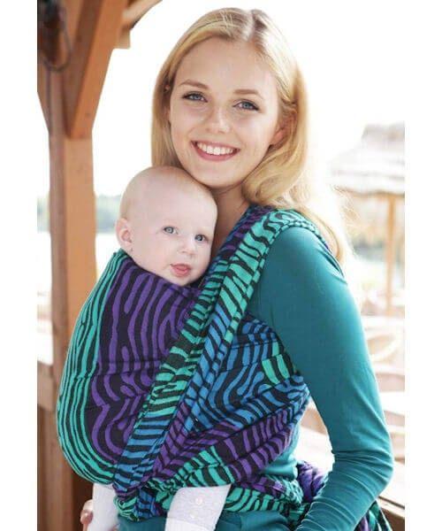De Kokadi geweven draagdoeken zijn stijlvol, uniek en elegant, vrolijk en brutaal - er zit voor iedereen wat bij! Kokadi heeft een standaard assortiment en daarnaast een variërend assortiment met gelimiteerde exclusieve designs.  Kokadi draagdoeken zijn gemaakt voor de hedendaagse moderne ouders en hun kindjes.  Kokadi geweven draagdoek Zebra Seaside is een gemiddeld dikke doek (240 gr/m2). De doek is heerlijk soepel en zacht uit de verpakking, geschikt vanaf geboorte tot in de peutertijd.