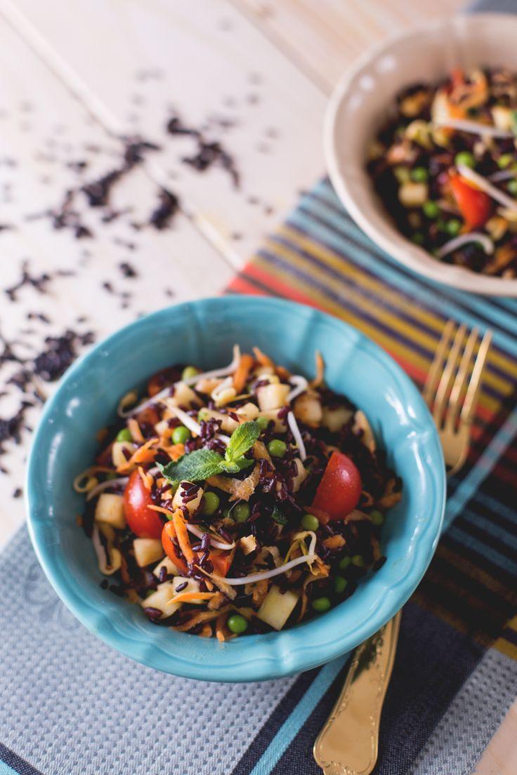 La stagione dell' #insalata di #riso è alle porte. Scopri la nostra proposta con riso #venere. mela, pomodorini, piselli e germogli di soia! (black #rice #salad ) #Giallozafferano #recipe #ricetta #spring #summer