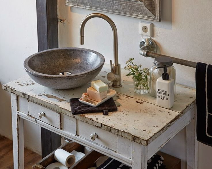 kleiner Waschtisch im Landhausstil