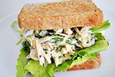 Sandwich de ensalada pollo.