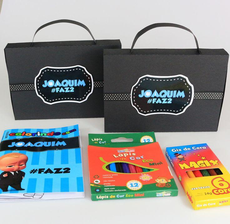 - Mini Maleta em Scrap contém:  - 1 Revista para colorir;  - 1 Caixa de Giz de Cera com 06 cores;  - 1 Caixa de Lápis de Cor com 12 cores.    Pode ser produzido em qualquer cor e em qualquer tema.