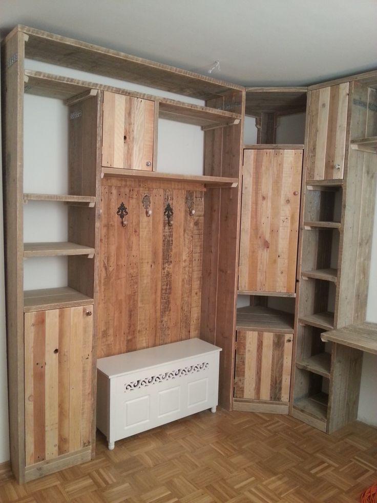 Einbauschrankwand aus Gerüstplanken und Palettenholz