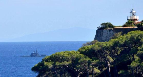 Ancora una volta il mare dell'isola si trasforma in luogo per le esercitazioni della Marina militare: curiosità tra i residenti di Rio Marina e Porto Azzurro