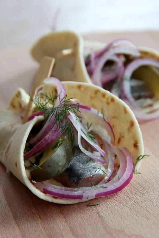 Gordita's ..........met haring. Mexicaans met een Hollandse twist!   Gordita's zijn de kleinere en wat dikkere versie van tortilla's.  De komkommer in het recept heb ik vervangen door zoetzure augurken. http://www.ah.nl/allerhande/recept/R-R1114020/kleine-tortilla-s-met-hollandse-nieuwe