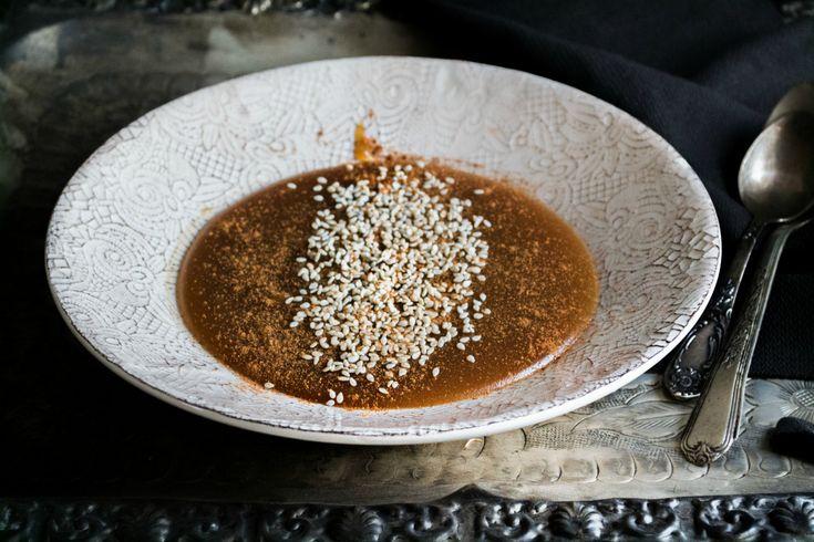 Η μουσταλευριά πρέπει να έχει μεταξένια υφή, σερβίρεται σε μεγάλο-ρηχό πιάτο, έχει μέσα της την μεθυστική γεύση του Φθινοπώρου, λίγο αρωματισμένο με κανέλα.