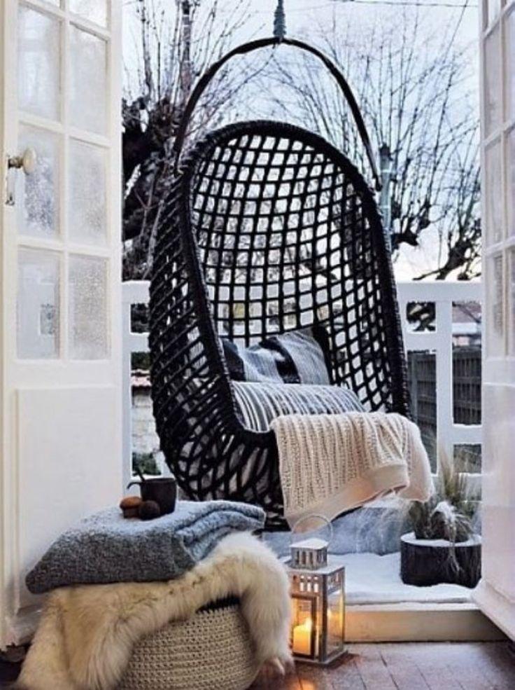 Wiszący fotel na balkonie